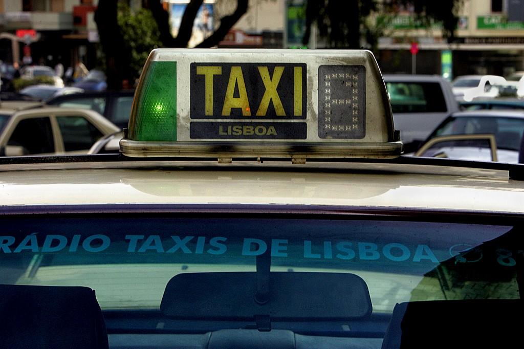 Foto: Portugal já tem uma aplicação digital para táxis Aplicação desenvolvida por empresa brasileira permite ver qual o veículo mais perto e saber quanto tempo demora a chegar. http://go.pwm.pt/1wHLkos