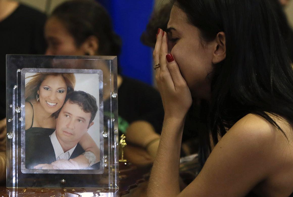 Familiar de vítimas do incêndio chora a sua perda
