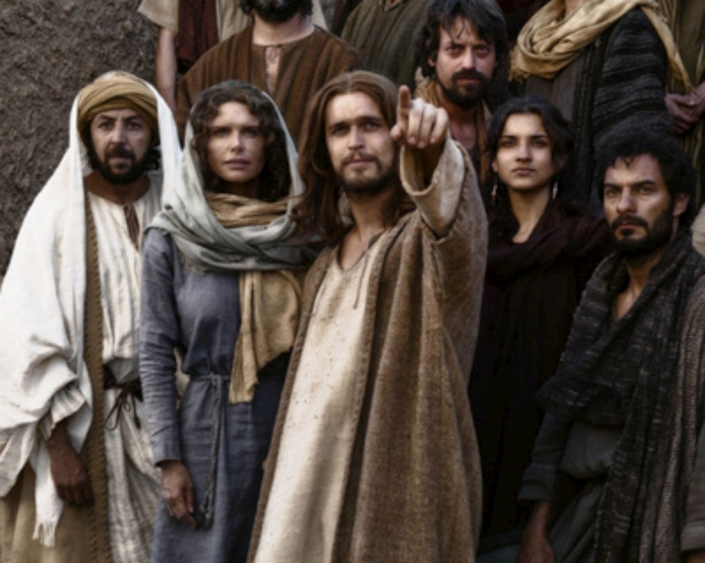 Diogo Morgado no papel de Jesus Cristo, ao lado de outros actores do elenco