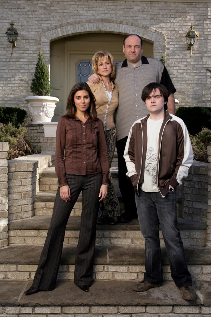 """Gandolfini com Edie Falco e com Jamie-Lynn Sigler e Robert Iler, seus filhos em """"Os Sopranos"""""""