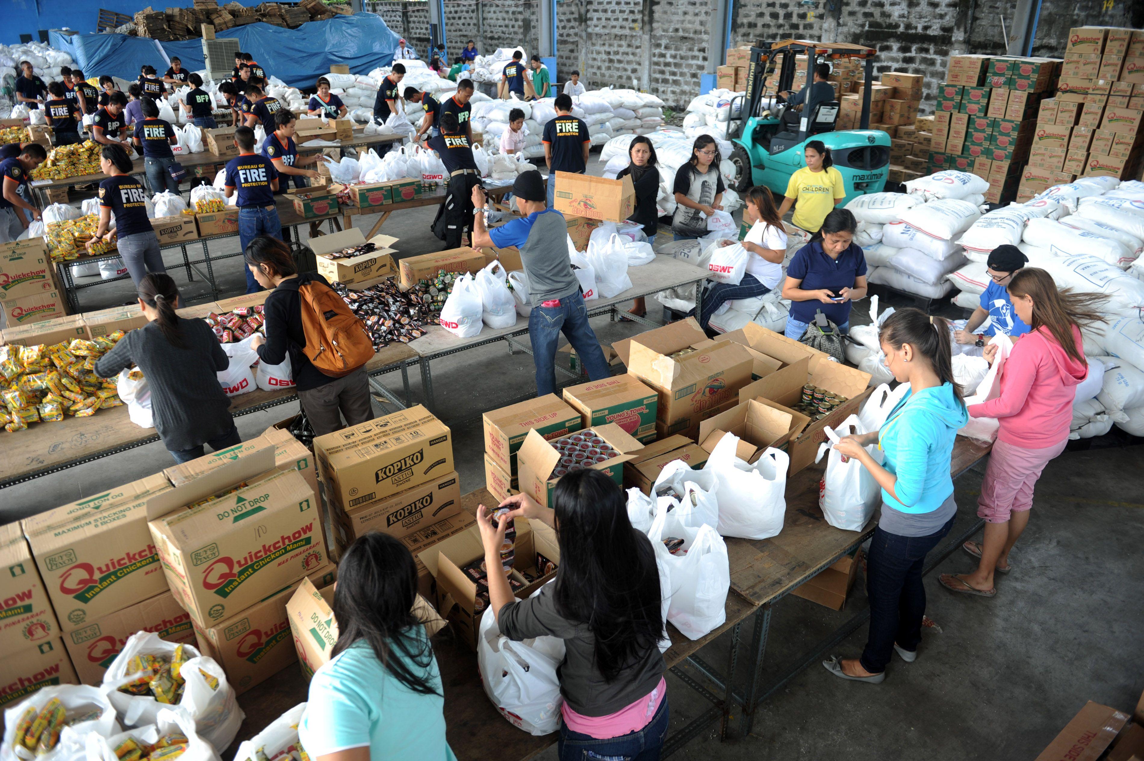 As organizações humanitárias estão já a preparar bens de primeira necessidade para enviar para Tacloban